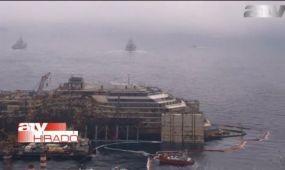 Kiemelik a vízből végre a Costa Concordia roncsát - videó