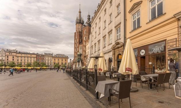 Lengyelországban két hétre bezárnak az éttermek