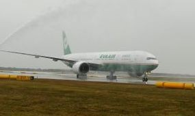 Bécsbe érkezett az EVA Air vadonatúj B777-es gépe